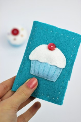 Felt cupcake needle book | Shelley Makes